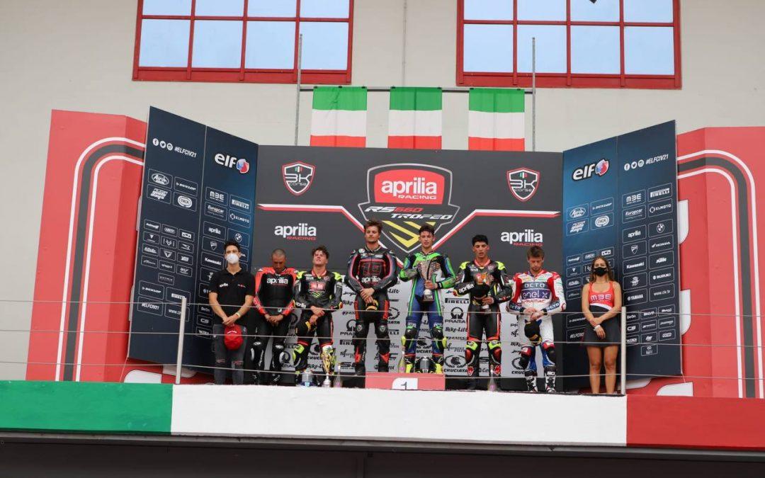 Nella seconda gara del Trofeo Aprilia trionfa Carusi e lo spettacolo in pista